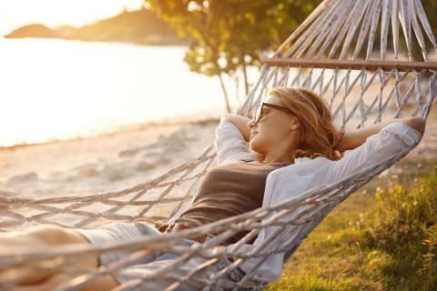 Frau entspannt im Urlaub